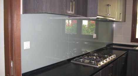 Glass Backsplash Make Cleaning Easy After Cooking
